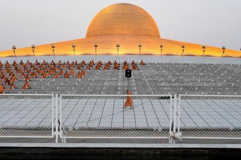 Biksu dan Polisi Bentrok di Luar Kuil Wat Dhammakaya Bangkok