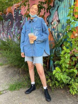 Gigi Hadid memakai sepatu Converse