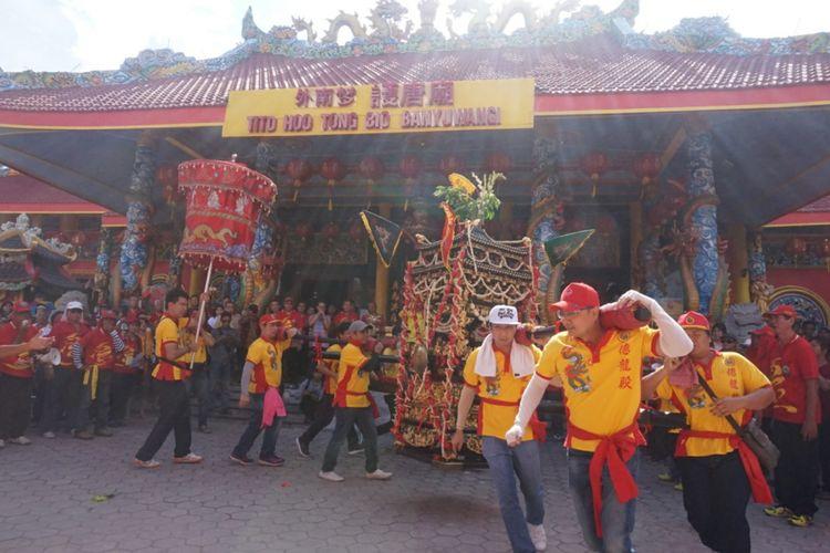 Atraksi kirab di halaman Klenteng Hoo Tong Bio Banyuwangi