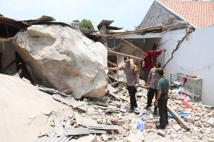 Batu besar dari aktivitas peledakan batu merusak sejumlah rumah warga di Purwakarta.