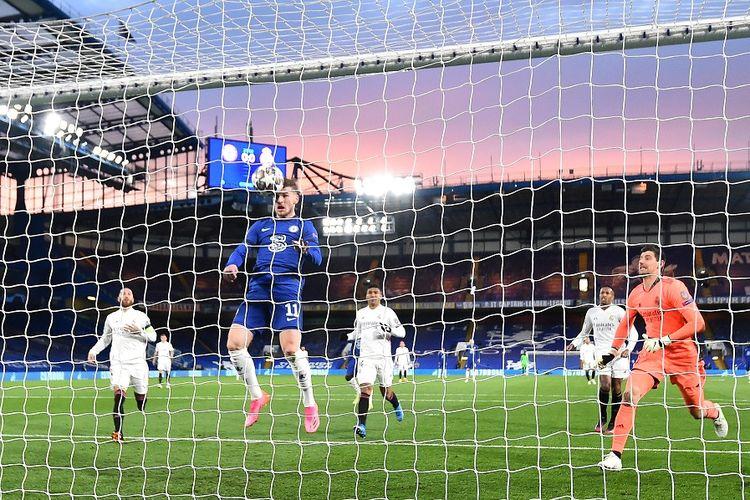 Striker Chelsea Timo Werner menyundul bola rebound untuk mencetak gol pembuka pada pertandingan leg kedua semifinal Liga Champions Chelsea vs Real Madrid di Stamford Bridge pada 5 Mei 2021.