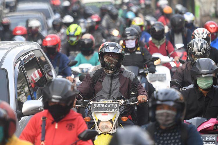 Sejumlah kendaraan terjebak kemacetan di Lenteng Agung, Jakarta, Jumat (15/5/2020). Direktorat Lalu Lintas (Ditlantas) Polda Metro Jaya menyatakan dalam beberapa hari terakhir mulai terjadi peningkatan volume kendaraan yang diduga karena banyak perkantoran yang sudah tidak menerapkan work from home (WFH).