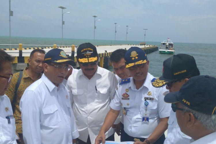 Menteri Koordinator Bidang Politik Hukum dan Keamanan Wiranto didampingi sejumlah Menteri Kabinet Kerja meninjau Natuna, Rabu (8/3/2017).