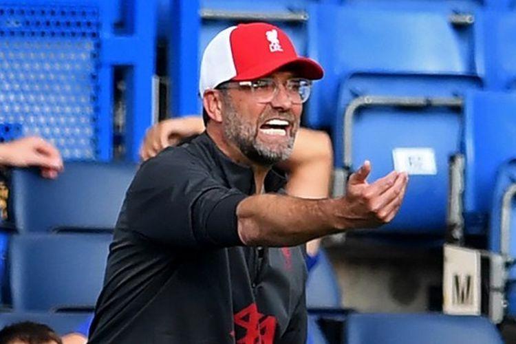 Juergen Klopp memberikan instruksi kepada pemainnya dalam laga Chelsea vs Liverpool pada pekan kedua Liga Inggris yang digelar di Stadion Stamford Bridge, 20 September 2020.