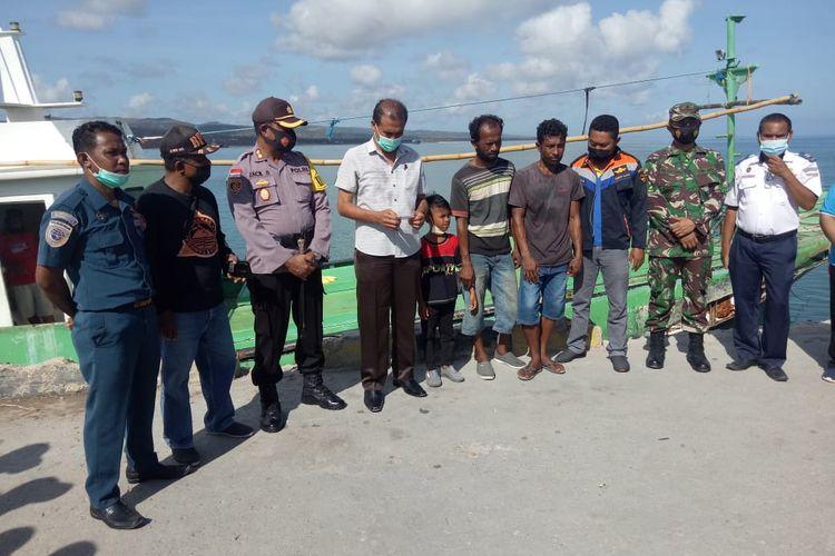 Penjabat Bupati Sabu Raijua Doris Rihi (baju putih) bersama sejumlah pejabat saat menjemput dua ABK yang terseret hingga Samudera Hindia