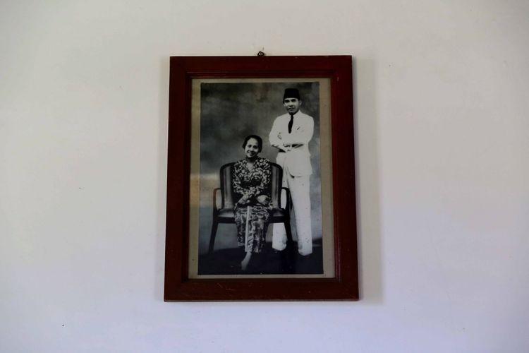 Lukisan Bung Karno tersimpan di Rumah pengasingan Bung Karno di Jalan Perwira, Ende, Flores, Nusa Tenggara Timur, Kamis (11/7/2016). Kota ini menyimpan sejarah panjang perihal sepak terjang Ir Soekarno atau Bung Karno selama empat tahun (14 Januari 1934 hingga 18 Oktober 1938) menjalani pengasingan.