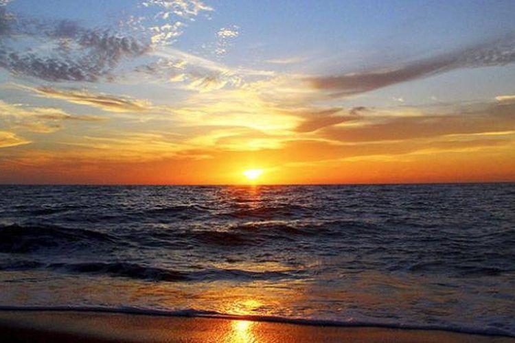 Detik-detik matahari terbenam di Pantai Marinbati, Jailolo, Kabupaten Halmahera Barat, Maluku Utara, Oktober 2016. Pesona senja itu paling diburu wisatawan yang berkunjung ke Jailolo, daerah yang kini gencar mengembangkan sektor pariwisata.