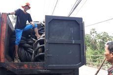 Ratusan Ban Bekas Penuhi Aliran Sungai Cipakancilan, Bogor