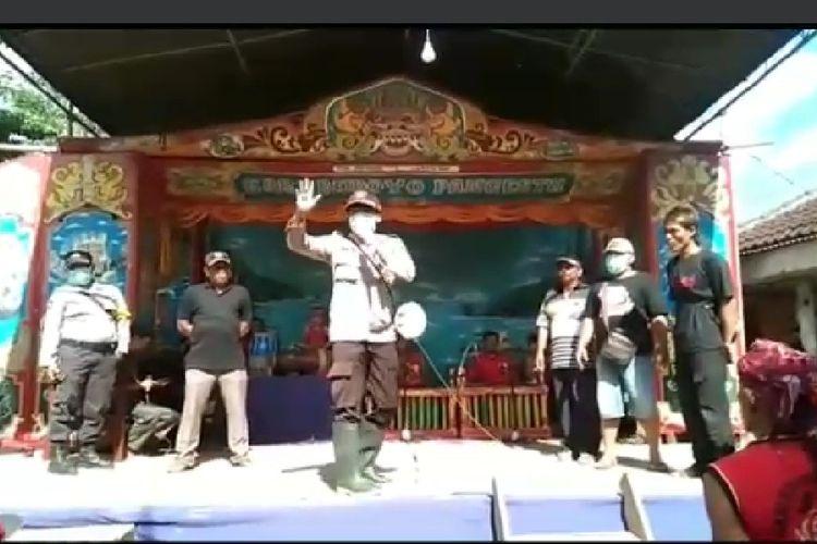Kapolsek Tempurjo AKPSuhartanto saat membubarkan kegiatan pagelaran senin jaranan