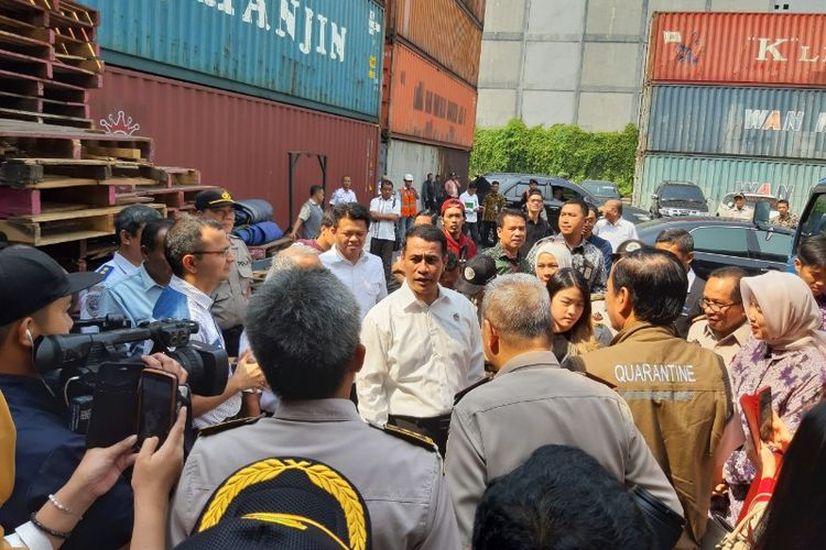 Menteri Pertanian Andi Amran berbincang dengan para eksportir di tempat pemeriksaan fisik terpadu CDC Banda, Pelabuhan Tanjung Priok, Jakarta, Selasa (6/8/2019)