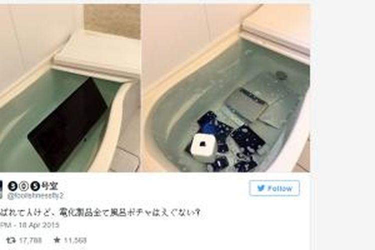 Berbagai perangkat Apple yang direndam dalam bak mandi.
