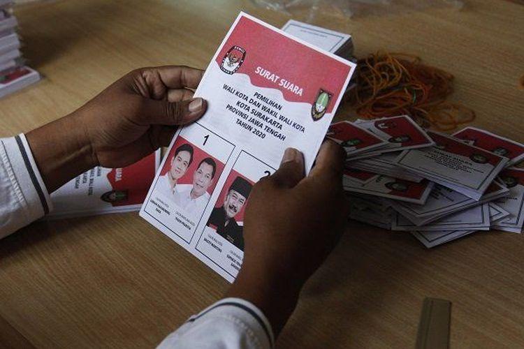 Petugas dari KPUD Solo melipat surat suara yang akan dicoblos pemilih, 9 Desember mendatang. Pilkada kota ini diikuti Gibran Rakabuming, putra Presiden Joko Widodo.