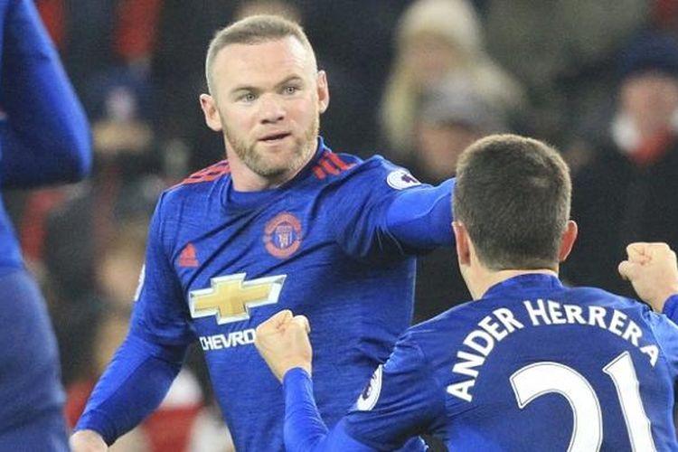 Striker Manchester United, Wayne Rooney, merayakan gol ke gawang Stoke City pada lanjutan Premier League, di Stadion Bet365, Sabtu (21/7/2017).