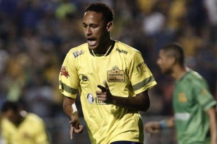 Neymar melakukan selebrasi seusai mencetak gol untuk timnya dalam laga persabatan untuk Chapecoense, di Stadion Pacaembu, Sao Paolo, Kamis (22/12/2016).