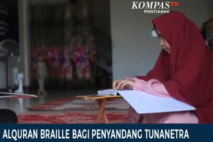 Tangkapan layar salah satu santri sedang belajar Al Quran braile di Pontianak, Kalimantan Barat, Minggu (2/5/2021).