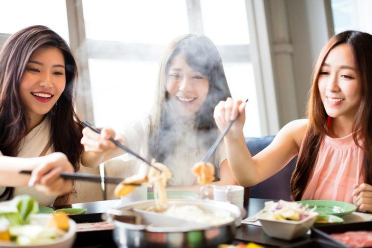 Ilustrasi makan bersama menggunakan sumpit