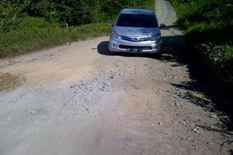 Ruas jalan Tanjung Selor di Bulungan menuju Tanjung Redeb di Berau, Sabtu (27/4/2013), terlihat banyak berlubang.