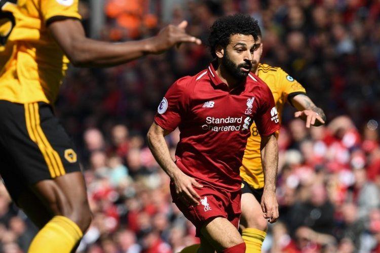 Mohamed Salah mencoba melewati penjagaan lawan pada pertandingan Liverpool vs Wolverhampton Wanderers dalam lanjutan Liga Inggris di Stadion Anfield, 12 Mei 2019.