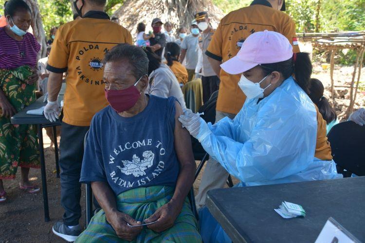 Polda NTT gelar vaksin COVID-19 kepada warga di Pulau Semua, Kabupaten Kuoang
