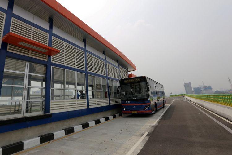 Bus transjakarta melintas di koridor 13 Cileduk - Tendean, Jakarta Selatan, Senin (14/8/2017). Layanan transjakarta koridor 13 mulai beroperasi hari ini, meskipun beberapa halte di koridor tersebut masih belum bisa difungsikan. KOMPAS IMAGES/KRISTIANTO PURNOMO
