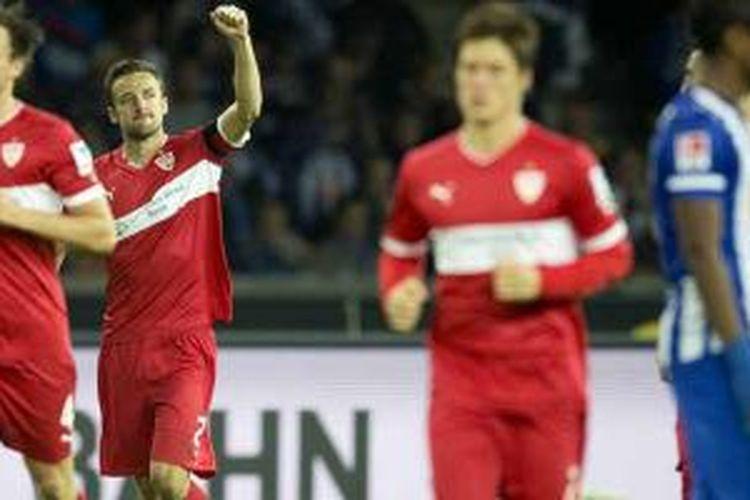 Gelandang Stuttgart Christian Gentner (2 dari kiri) merayakan gol yang dicetaknya ke gawang Hertha Berlin dalam laga Bundesliga, Jumat (13/9/2013.