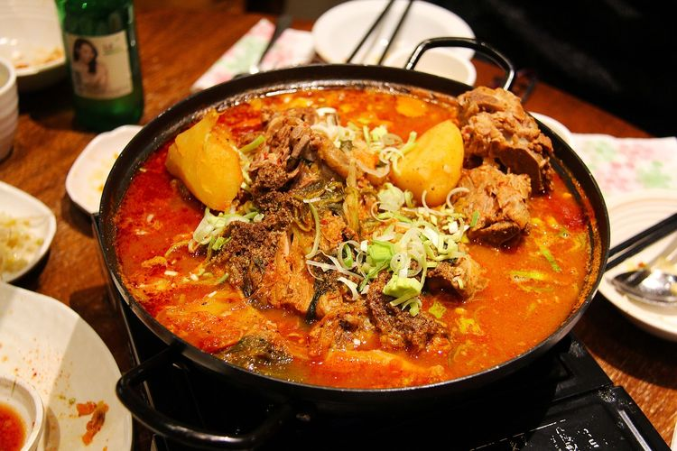 Ilustrasi makanan Korea berkuah pedas