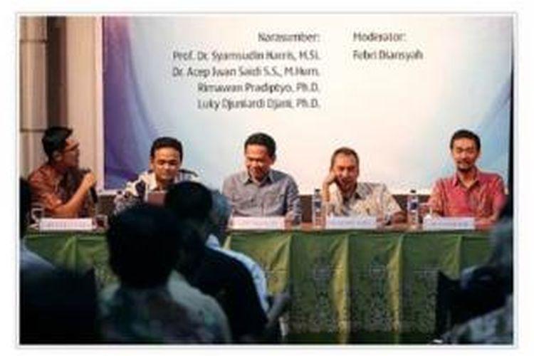 "Moderator Febri Diansyah dari ICW, peneliti Fakultas Ekonomi UGM Rimawan Pradiptyo, dosen Fakultas Seni Rupa dan Desain ITB Acep Iwan Saidi, peneliti LIPI Syamsuddin Haris, dan Luky Djuniardi Djani dari Institute for Strategic Analysis (dari kiri ke kanan) menjadi pembicara dalam diskusi panel harian Kompas bersama Lingkar Muda Indonesia di Bentara Budaya Jakarta, Kamis (12/9). Diskusi bertajuk ""Pemimpin yang Menyelesaikan Masalah"" antara lain membahas kepemimpinan yang diharapkan rakyat muncul dalam Pemilihan Umum 2014."