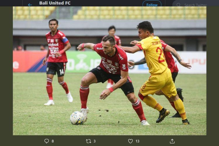 Striker Bali United, Ilija Spasojevicn (kiri), berusaha melepaskan diri dari kawalan pemain Bhayangkara FC, Alsan Sanda (kanan). Laga Bhayangkara FC vs Bali United di Stadion Patriot Candrabhaga, Bekasi, Jumat (11/9/2019), berakhir dengan skor 0-0.
