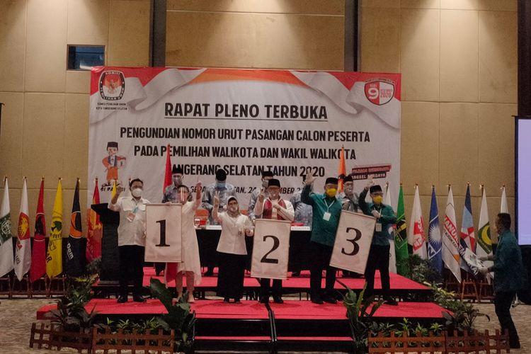 Para calon wali kota dan wakil wali kota Tangerang Selatan (Tangsel) menunjukkan nomor urut pada Pilkada Tangsel 2020, Kamis (24/9/2020)