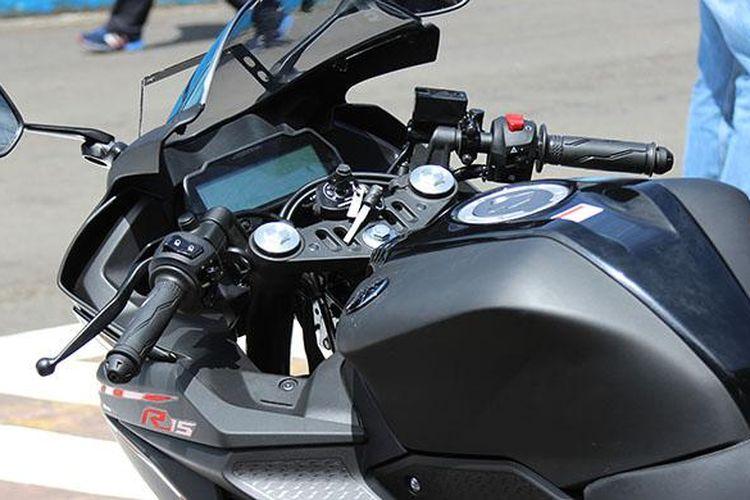 Digital speedometer di Yamaha R15