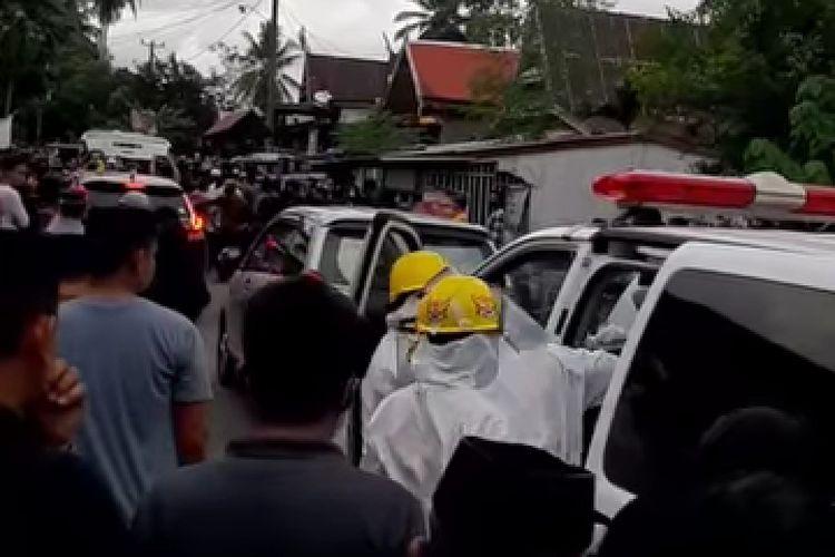 Suasana penolakan jenazah Kepsek yang akan dimakamkan oleh Tim Satgas Covid-19 di Herlang Bulukumba, Sulawesi Selatan.  Dok Bang Teng