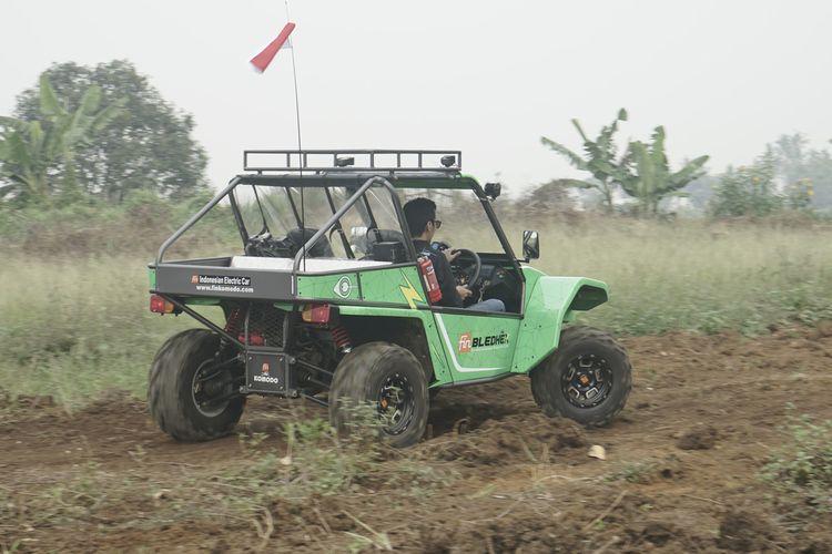 Fin Komodo Bledhex jadi model terbaru dari PT Fin Komodo. Mobil segala medan dengan motor listrik ini dicoba Kompas.com di kawasan Cimahi Jawa Barat