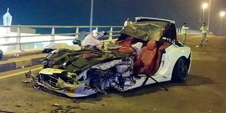 Kecelakaan yang melibatkan Ferrari California, ringsek, tapi penumpang selamat.