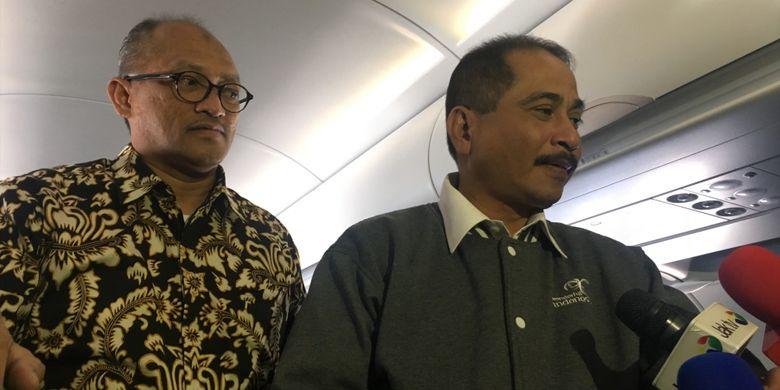Direktur Utama Citilink Juliandra (kiri) dan Menteri Pariwisata Arief Yahya (kanan), dalam penerbangan Halim-Silangit, Sumatera Utara, Sabtu (28/10/2017).
