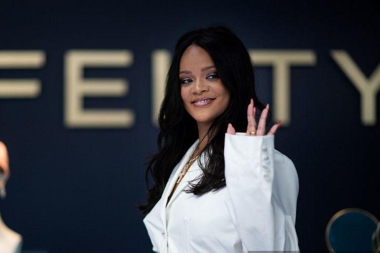Penyanyi Rihanna berpose pada acara promosi merek lini fashion-nya, Fenty, di Paris, Perancis, 22 Mei 2019.