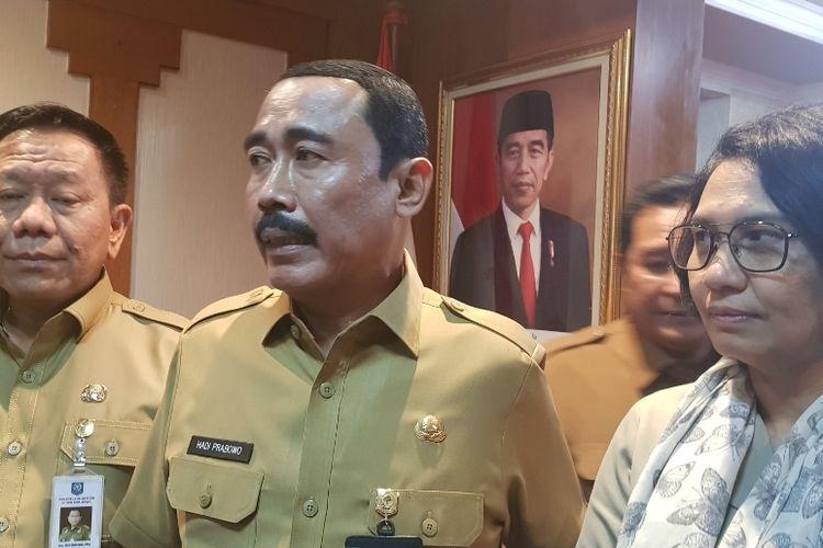 Sekretaris Jenderal Kemendagri Hadi Prabowo (tengah) saat usai memimpin rapat koordinasi dengan pejabat tiga provinsi di Kantor Kemendagri, Medan Merdeka Utara, Selasa (7/1/2020).