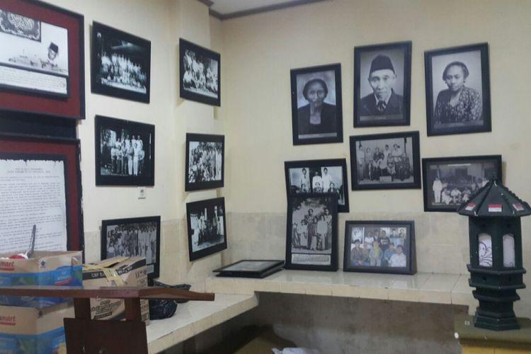 Salah satu ruang museum Samanhoedi yang menampilkan foto-foto Samanhoedi di era pra kemerdekaan.
