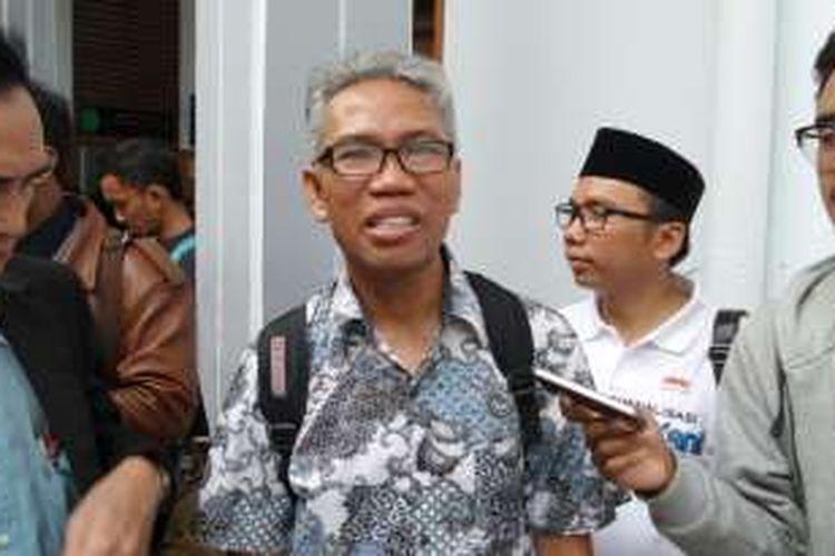 Tersangka kasus dugaan pencemaran nama baik dan penghasutan terkait SARA, Buni Yani, di Pengadilan Negeri Jakarta Selatan, Selasa (13/12/2016). Buni mengajukan permohonan praperadilan atas penetapan statusnya sebagai tersangka.