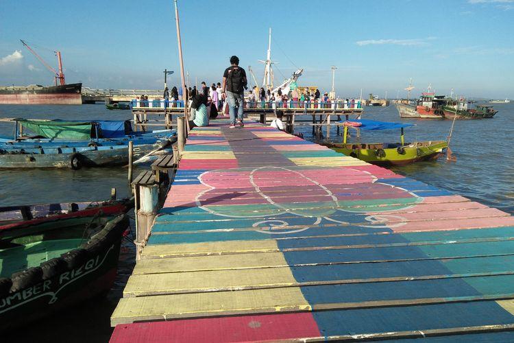 Geladak perahu warna-warni Balai Keling yang ada di Kelurahan Kroman, Gresik kota.