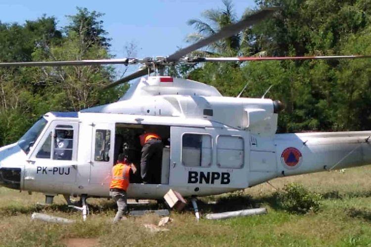 Helikopter milik BNPB mengirim sejumlah bantuan makanan ke wilayah Oepoli di Kecamatan Amfoang Utara, Kabupaten Kupang, NTT