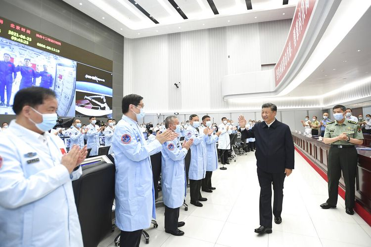 Dalam foto yang dirilis oleh Kantor Berita Xinhua China ini, Presiden China Xi Jinping menyapa para pekerja setelah melakukan percakapan video dengan tiga astronot di atas modul inti stasiun ruang angkasa China Tianhe di Pusat Kontrol Dirgantara Beijing di Beijing, Rabu, 23 Juni 2021.