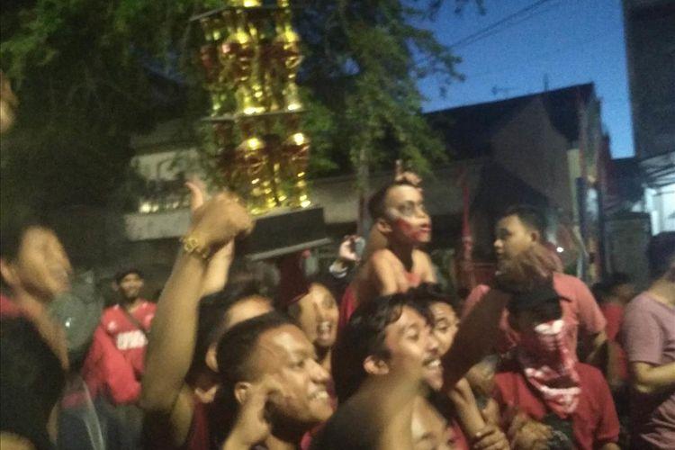 Para suporter PSM Makassar yang membanjiri jalan Andi Mappanyukki yang berada di sekitar Stadion Andi Mattalatta saat merayakan kemenangan PSM Makassar menjadi kampiun Piala Indonesia, Selasa (6/8/2019).