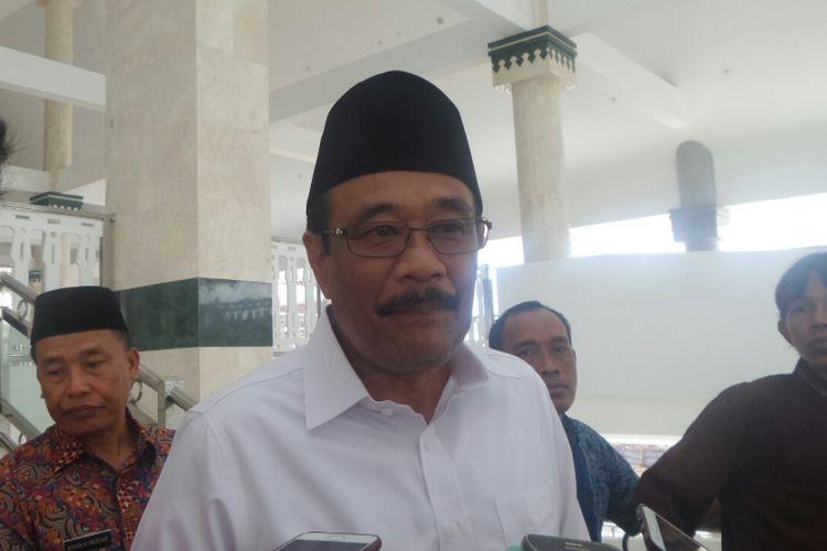 Wakil Gubernur DKI Jakarta Djarot Saiful Hidayat usai sholat Jumat di Masjid Raya Hasyim Asyari, Daan Mogot, Jumat (28/4/2017).