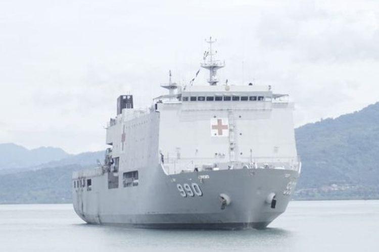 Kapal Rumah Sakit TNI AL dr Soeharso-990 saat hendak bersandar di Mamuju, Sulawesi Barat, Selasa (19/1/2021).