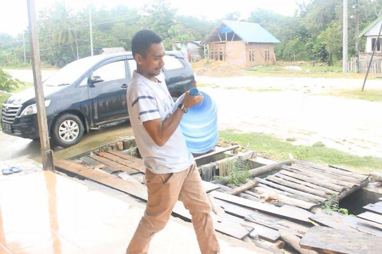 Agung Darma (28), warga Desa Guali, Kecamatan Kusambi, Kabupaten Muna Barat, Sulawesi Tenggara, yang pekerjaanya honorer di Puskesmas dan pengantar galon air, berhasil mengalahkan lawan politiknya dengan mengamankan satu kursi di DPRD Muna Barat dalam pencoblosan pemilu 17 April kemarin.