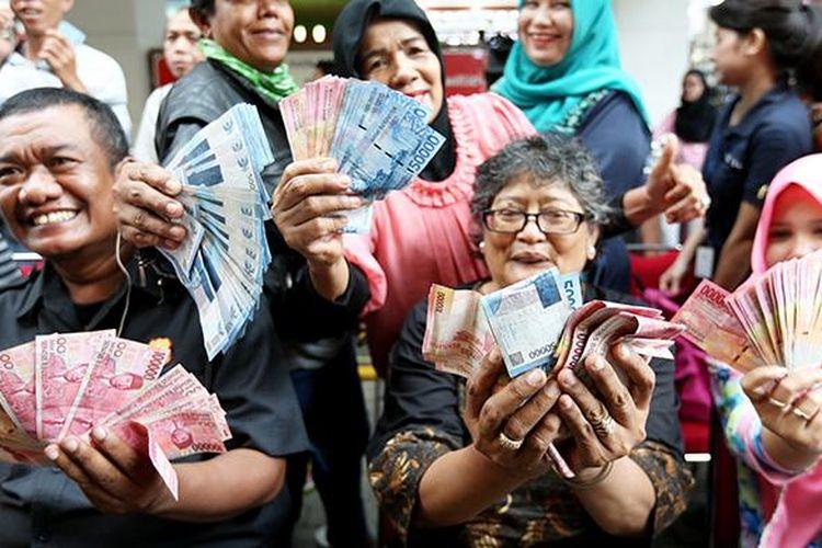 Warga antusias untuk menukarkan mata uang rupiah desain lama dengan mata uang rupiah Negara Kesatuan Republik Indonesia (NKRI) tahun emisi 2016 di Blok M Square, Jakarta, Senin (19/12/2016). Bank Indonesia resmi meluncurkan uang NKRI tahun emisi 2016 dengan menampilkan 12 pahlawan nasional yakni 7 uang rupiah kertas dan dan 4 uang rupiah logam.