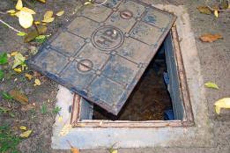 Masalah septic tank penuh bisa diakibatkan oleh saluran air yang kurang baik. Idealnya, setiap septic tank memiliki saluran yang baik, entah menuju ke saluran air atau sumur resapan.