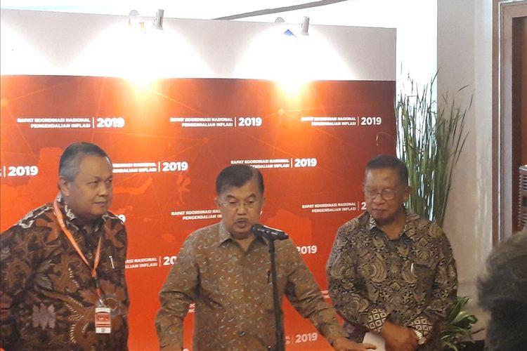 Gubernur Bank Indonesia (BI) Perry Warjiyo, Wakil Presiden Jusuf Kalla, dan Menteri Koordinator Perekonomian Darmin Nasution di Jakarta, Kamis (25/7/2019).
