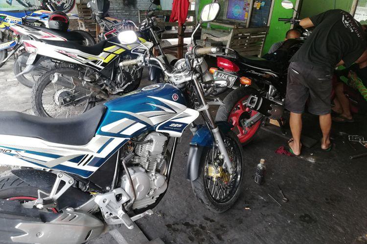 Mekanik tengah melakukan perbaikan Yamaha Scorpio di Bengke ASICS di Tohudan, Karanganyar, Jawa Tengah.