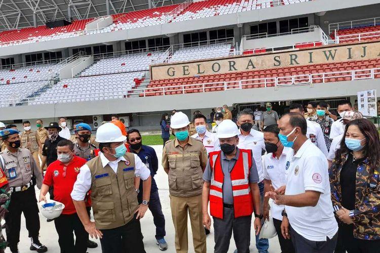 Gubernur Sumatera Selatan Herman Deru bersama Menteri Pemuda dan Olahraga (Menpora) Zainudin Amali memantau persiapan langsung stadion Glora Sriwijaya di kompleks Jakabaring Sport City (JSC) Palembang, Sumatera Selatan, Selasa (8/12/2020). Stadion ini rencananya akan digunakan sebagai tempat penyelenggaraan piala dunia U-20.